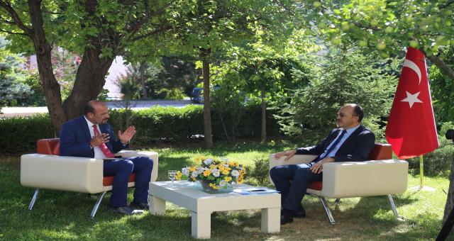 Rektör Zeybek Çay TV programında GÜ'yü tanıttı