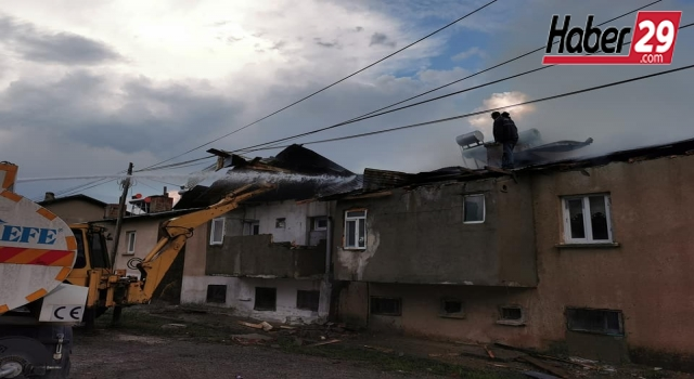Salyazı köyünde 4 dairenin çatısı küle döndü