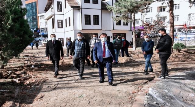Atatürk Parkı'ndaki yenileme çalışmalarına devam ediyor.