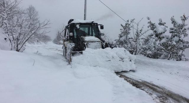 Gümüşhane'de merkez ilçede 65 köy yolu ulaşıma kapandı.
