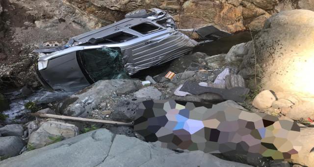 Gümüşhane'de araç dereye uçtu: 1 ölü
