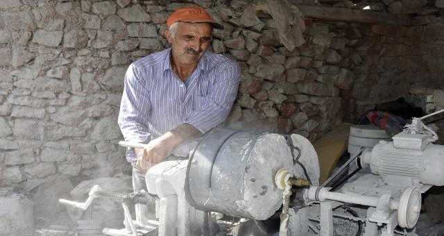 100 yıldan fazladır taş işlenen köyde bir tek o kaldı