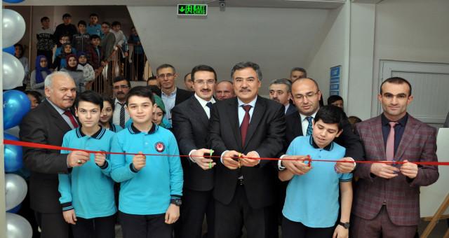 15 Temmuz Şehitleri İmam Hatip Ortaokulunda TÜBİTAK 4006 Bilim Fuarı sergisi açıldı