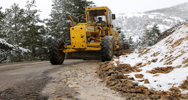 Köy yollarında karla mücadele bitti 'taşla' mücadele başladı