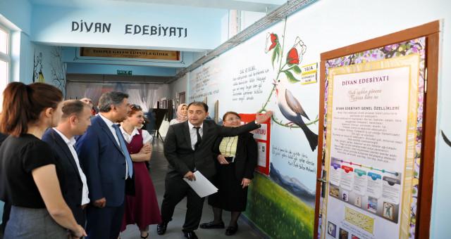 Okul koridoru Edebiyat Sokağı'na dönüştü