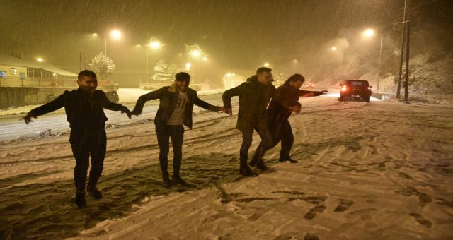 Zigana'da kar yağdı, vatandaşlar kar topu ve horon oynadı