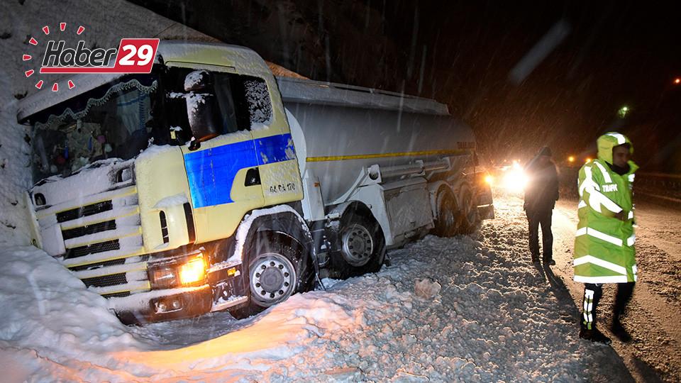 Zigana Geçidi'nde Kar Yağışı ve Tipi Etkili Oluyor