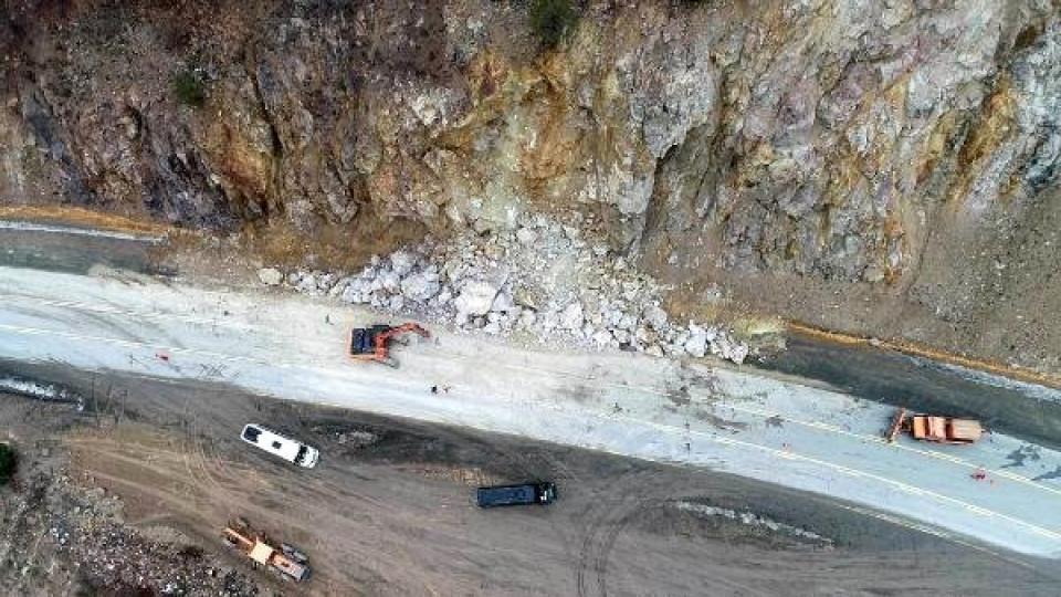 Zigana Geçidi'ne Düşen Kaya Parçaları Kazaya Yol Açtı; Sürücüler Önlem İstedi