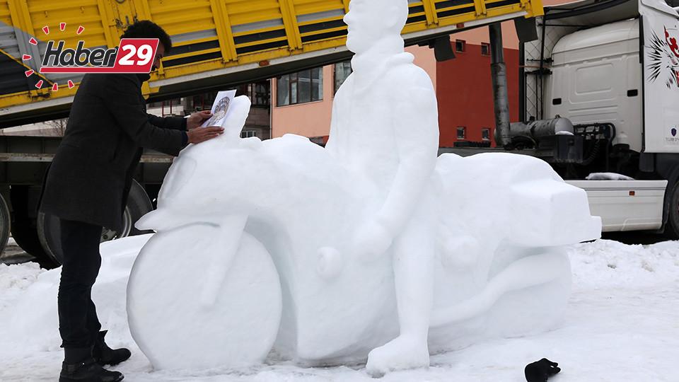 Kerata İle Kardan Heykeller Yapıyor