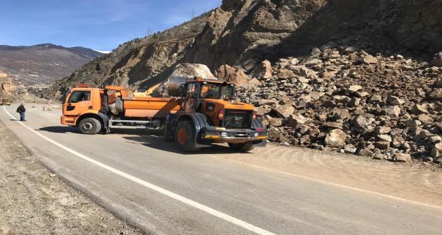 Heyelan Nedeniyle Ulaşıma Kapanan Karayolu Tek Şeritten Ulaşıma Açıldı