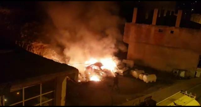 Kürtün'de hurda otomobil yangını korkuttu