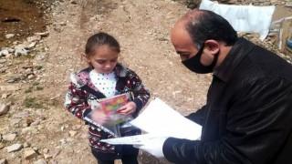 Köy okulu öğretmenleri öğrencilerini yalnız bırakmadı
