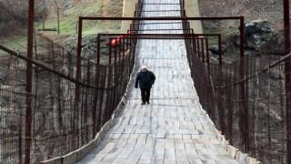 165 metre uzunluğundaki asma köprü yöre halkının ulaşımını sağlıyor