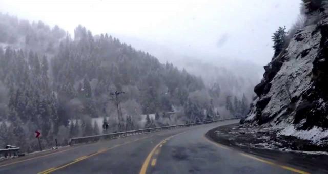 Zigana Geçidi'nde kar yağışı ve buzlanma ulaşımı olumsuz etkiliyor